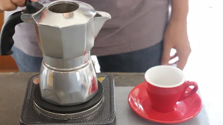 grãos de café : Hot coffee stream flowing out from moka pot, stock video