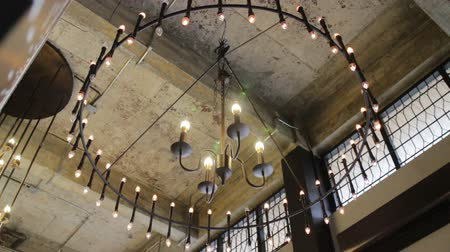 żyrandol : Light bulbs hanging from loft room ceiling, stock footage Wideo