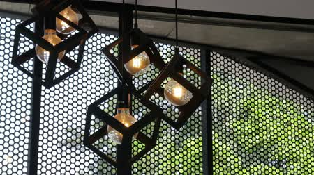 кулон : Design hanging light bulbs in coffee shop, stock footage Стоковые видеозаписи