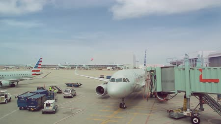 letectví : TORONTO, CANADA - APRIL 11, 2017:  American Airline airplane at the gate in Toronto Pearson International Airport (YYZ) Dostupné videozáznamy