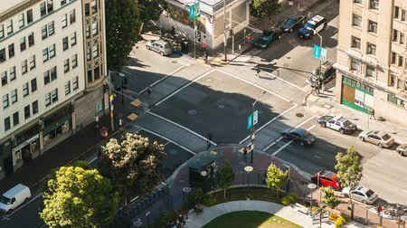 скрестив : Time lapse view of people and traffic crossing busy intersection in San Francisco