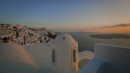 греческий : Santorini Sunset Time Lapse - A motion control sunset time lapse over the whitewash Santorini buildings. Стоковые видеозаписи