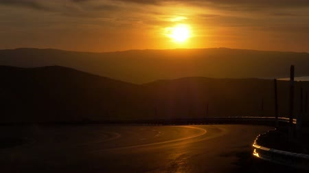 мостовая : Highway Sunrise - Sunrise over roadway in the Sierra Nevada mountains. Стоковые видеозаписи