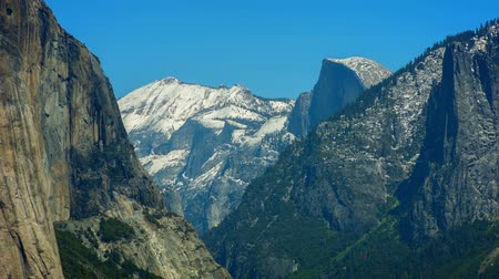 geográfico : Half Dome Long - Long shot with El Capitan in foreground and Half Dome in background.
