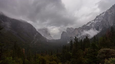vallei : Yosemite Valley Rain - Time lapse van sneeuw en regen wolken rollen over Yosemite Valley.