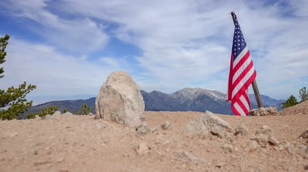 národnost : American Mountain - Motion control time lapse from atop mountain top with American Flag. Dostupné videozáznamy