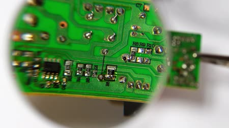 desteklemek : Soldering a Circuit Board under the Magnifying Glass
