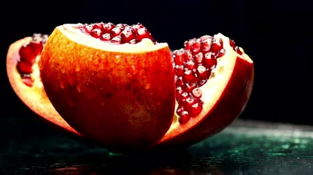 roma : Open Pomegranate Rotates on a Dark Background Vídeos