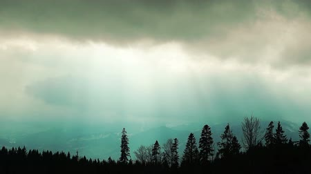 tempestade : Dark Storm Clouds with the Suns Rays over the Carpathian Mountains. Timelapse.