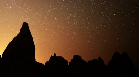 стрельба : Astrophotography time lapse footage of starry sky over monolithic formations in Trona Pinnacles