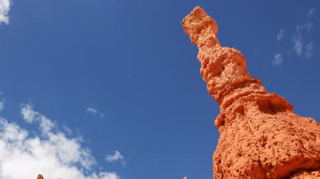 populair : Time lapse beelden met zoom in beweging van cloudscape over hoodoos in Bryce Canyon National Park Stockvideo