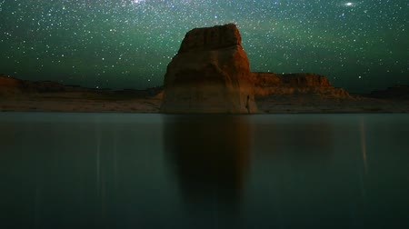 стрельба : Astrophotography time lapse footage of milky way galaxy over lone rock in Lake Powell Стоковые видеозаписи
