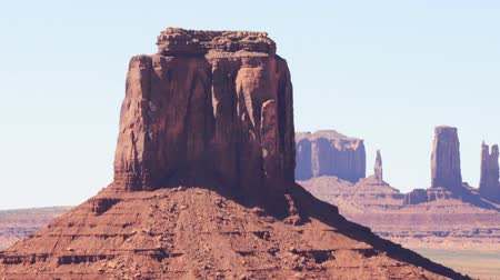 sagrado : Time lapse footage with zoom out motion of eroded buttes in Monument Valley Vídeos