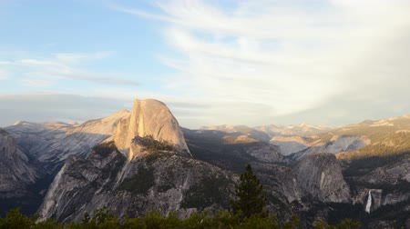 relax : Time lapse beelden met zoom in beweging van de Half Dome bij zonsondergang afterglow in Yosemite National Park Stockvideo