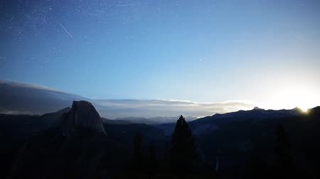 wspinaczka górska : Astrophotography time lapse with tilt up motion of moon rising over Yosemite Valley at Glacier Point in Yosemite National Park