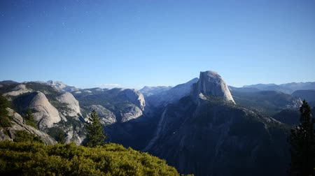 wspinaczka górska : Time lapse footage with tilt up motion of moon shadow casting across Yosemite Valley in Yosemite National Park