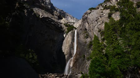 alpes : Time lapse footage of Yosemite Falls at full moon night in Yosemite National Park