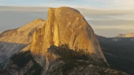 wspinaczka górska : Time lapse footage with zoom out motion of half dome at sunset afterglow in Yosemite National Park