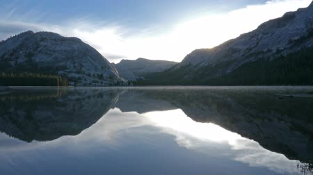 yansıma : Time lapse footage with tilt up motion of sunrise at reflective lake along Tioga Pass in Yosemite National Park