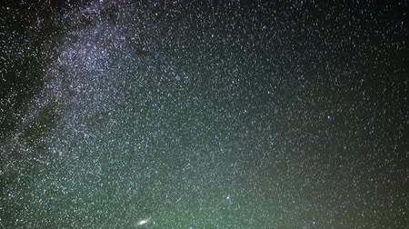 стрельба : Astrophotography time lapse of stars over Mauna Kea Observatories in Hawaii