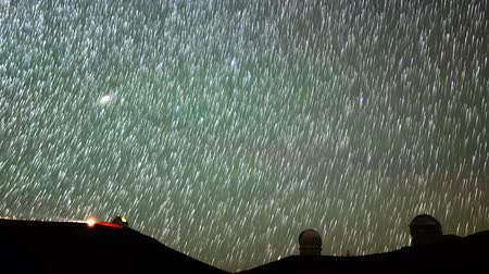 enstrüman : Astrophotography time lapse with pan left motion of startrails over Mauna Kea Observatories in Hawaii