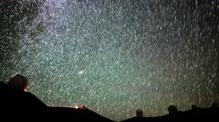 trilhas : Astrophotography time lapse of startrails over Mauna Kea Observatories in Hawaii