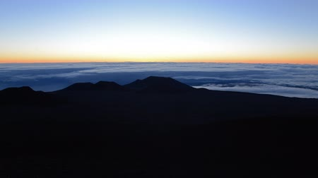 ostrovy : Time lapse footage with tilt up motion of sunrise at Mauna Kea summit in Hawaii