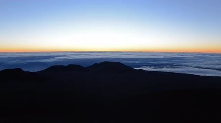 alpes : Time lapse footage with tilt down motion of sunrise at Mauna Kea summit in Hawaii