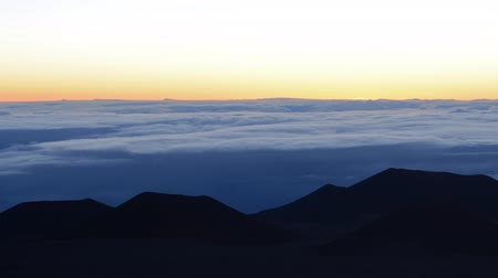 barışçı : Time lapse footage with pan right motion of sunrise at Mauna Kea summit in Hawaii Stok Video