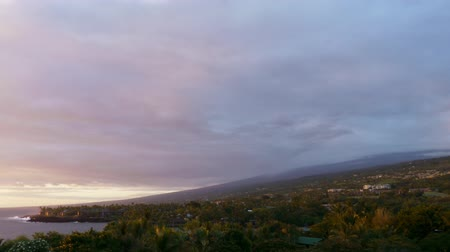 monszun : Time lapse footage with tilt up motion of cloudscape over beach resort during sunset afterglow at Kona