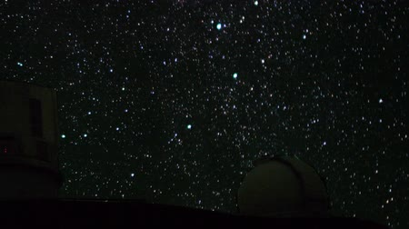 стрельба : Astrophotography time lapse with zoom in motion of stars over Mauna Kea Observatories in Hawaii