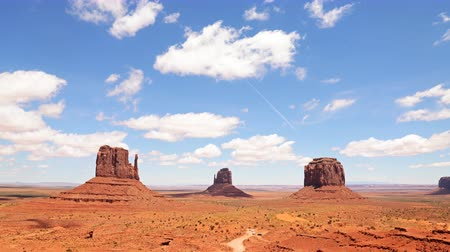 kmenový : 4K Time lapse footage with tilt up motion of the famous photogenic spectacle of The View in Monument Valley Dostupné videozáznamy