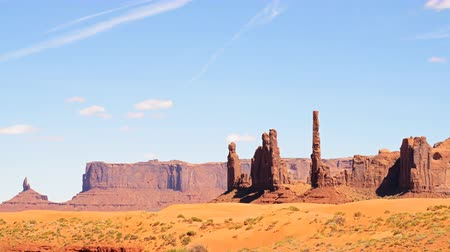 se movendo para cima : 4K Time lapse footage with tilt up motion of the famous photogenic spectacle Totem Pole in Monument Valley
