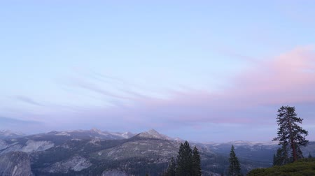 alpes : 4K Time lapse footage with tilt down motion of sunset afterglow over High Sierra mountain range in Yosemite National Park