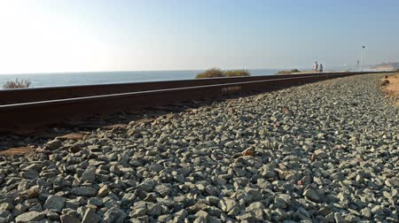 luz do dia : Motion Controlled Dolly Time Lapse of Seaside Railroad Track -Pan Right- Vídeos