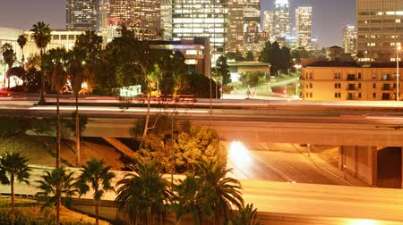 voertuigen : Time-lapse van LA Skyline dan Freeway Bridge at Night -ZOOM Tilt Up Stockvideo