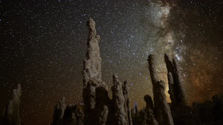 astronauta : Astrophotography Time Lapse of Milkyway  Tufa Formation in Mono Lake Pan Right Vídeos