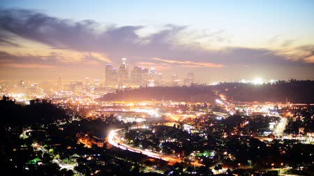 fari : Downtown Los Angeles Skyline di Twilight Time lapse Panoramica verso l'alto