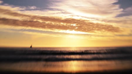 nostalgisch : Golden Beach bij zonsondergang Tilt Shift Time Lapse Stockvideo