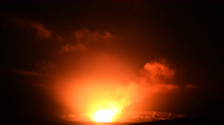 ostrovy : 4K Astrophotography time lapse footage with tilt down  motion of stars over active Halemaumau Crater of Kilauea Volcano in Hawaii Volcanoes National Park Hawaii