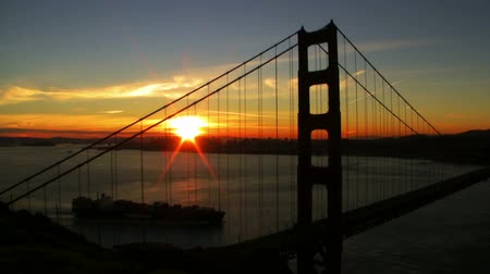 pomost : Time Lapse of Cargo Ship crossing under Golden Gate Bridge at Sunrise Wideo