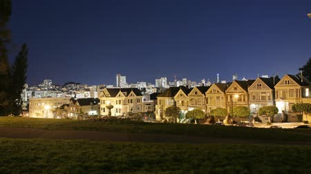 budynki : Motion Control Pan Time Lapse of Postcard Row in San Francisco at Night Tilt Up