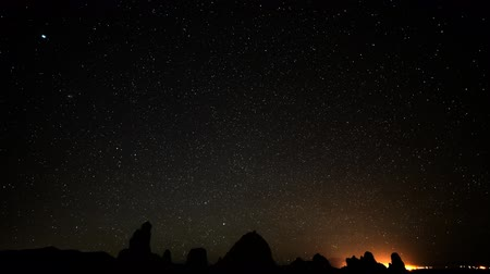 fiação : Astrophotography Time Lapse of Starry Sky into Dawn over Pinnacles Tilt Down