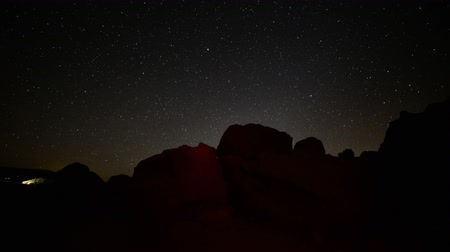 stella : Motion Control DollyPan Astro Time Lapse of Stars over Desert Rocks Panoramica verso il basso
