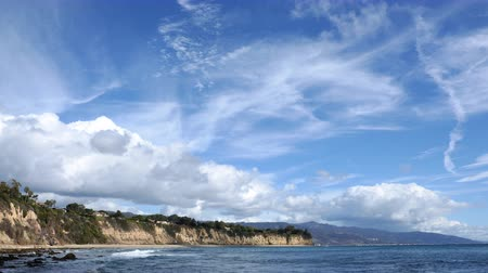 nuvem : 4K Time Lapse of Cloud Seascape at Malibu Beach Zoom Out