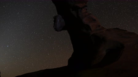 esposizione : 4K Motion Control Dolly Astro Time Lapse of Stars su Arch Rock Zoom Out Filmati Stock
