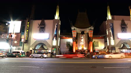 filmen : 4K Time-lapse van de Chinese Theater in Hollywood bij Nacht Pan Right
