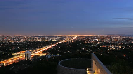 esquerda : 4K Motion Control Pan Time Lapse of Twilight Cityscape in LA Zoom Out