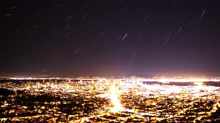 bioscoop : 4K Time Lapse van Star Trails in Bay Area Cityscape Nacht tot Day Pan Right Stockvideo