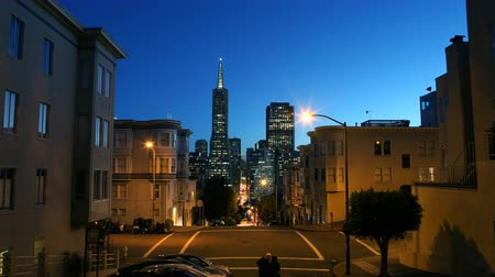 sinema : 4K Time Lapse of Twilight Cityscape in San Francisco Tilt Down Stok Video